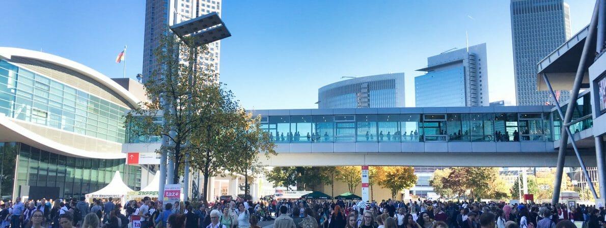 Viele Menschen in und vor den Hallen: Die Frankfurter Buchmesse vor Corona