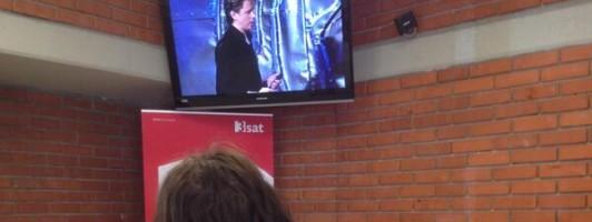 Romana Ganzoni, die als Nächste lesen wird, hört dem Vortrag von Michael Fehr zu.