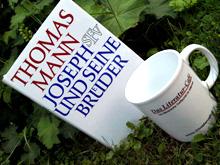 Eines der Bücher mit literaturcafe.de-Tasse, die es zu gewinnen gab.
