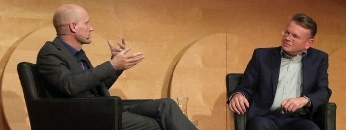 Wolfgang Tischer im Gespräch mit dem Autor Arno Geiger bei der Eröffnung von »Stuttgart liest ein Buch 2019« (Foto: Michael Seehoff)