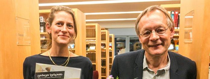 Förderpreisträgerin Anne Nimmesgern und Gerlinger Lyrikpreisträger Walle Sayer bei der Preisverleihung in der Gerlinger Stadtbücherei