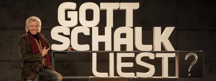 Thomas Gottschalk vor dem Logo seiner neuen Sendung »Gottschalk liest?« (Bild: BR/Oliver Maier)