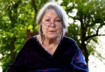 Die Bachmannpreisträgerin Helga Schubert bei der aufgezeichneten Lesung im Garten ihres Hauses (Foto: Screenshot/ORF)