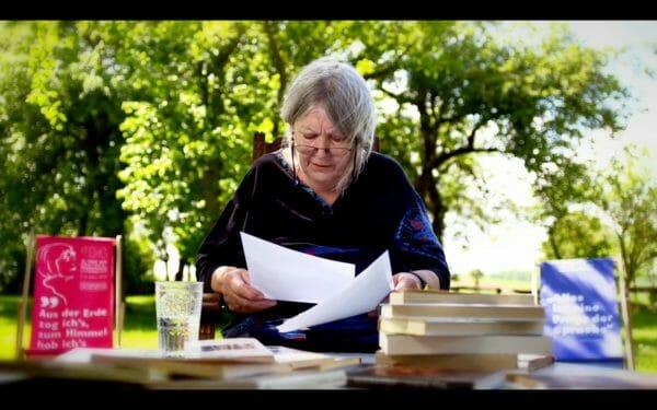 Definitiv preisverdächtig: Mit Helga Schubert begann der zweite Lesetag (Foto: Screenshot/ORF)