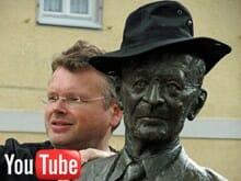Hermann Hesse und Wolfgang Tischer blicken nach Calw