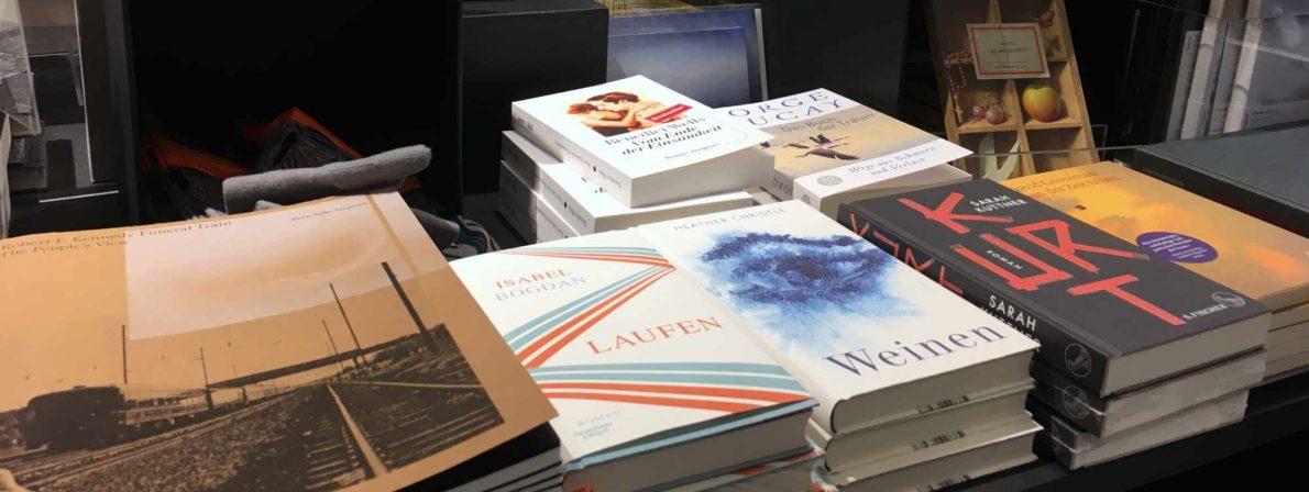 Das Buch »Laufen« liegt im Frühjahr 2020 aufgrund der Sonderausstellung »Trauer« im Museumsladen der Hamburger Kunsthalle. Eigentlich hätte noch eine Lesung stattfinden sollen. Doch dann kam Corona.