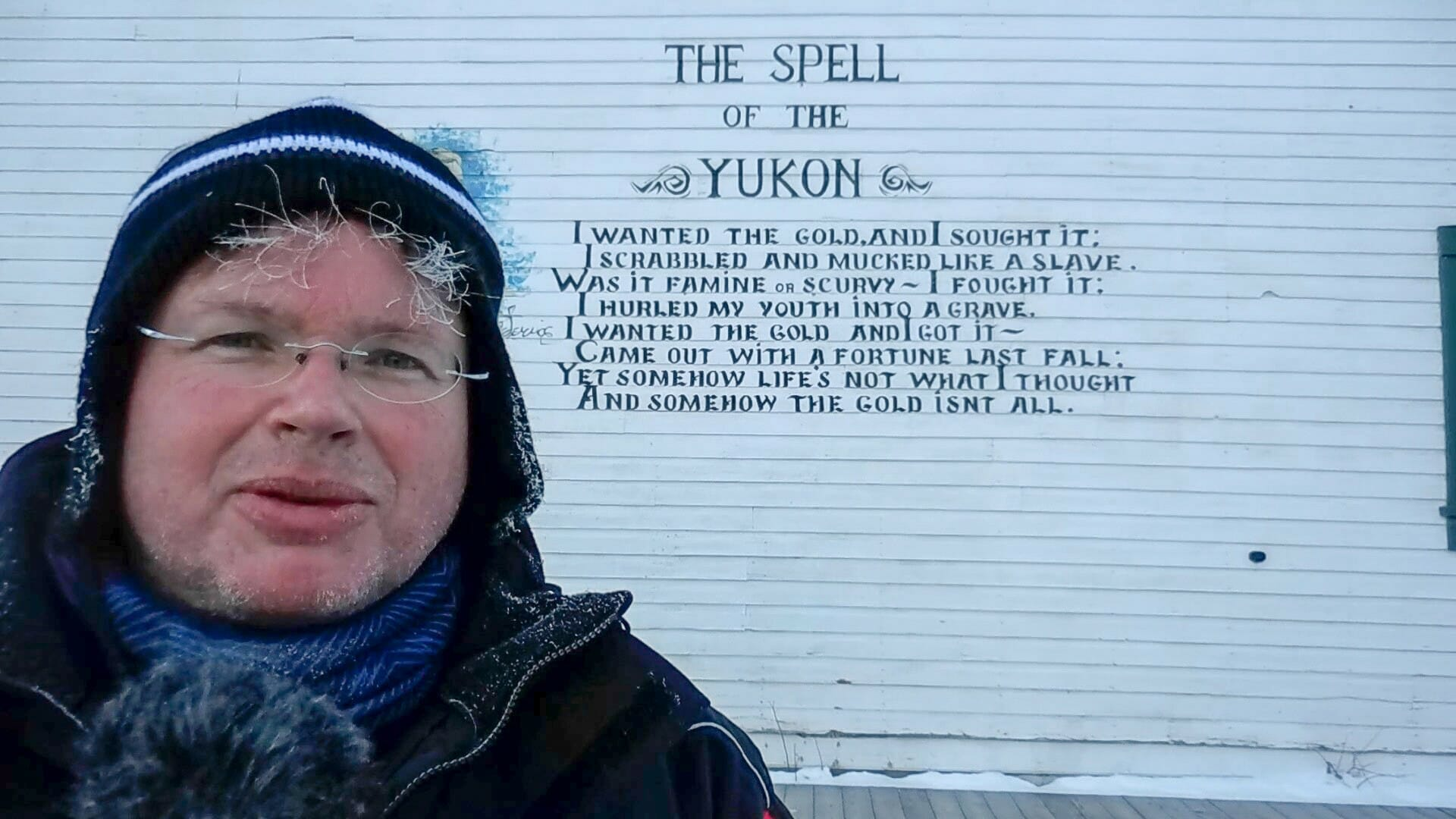 Im Yukon selbst ist der Dichter Robert W. Service weitaus populärer als Jack London. Die Gedichte von Service findet man in Dawson sogar auf Hauswänden.