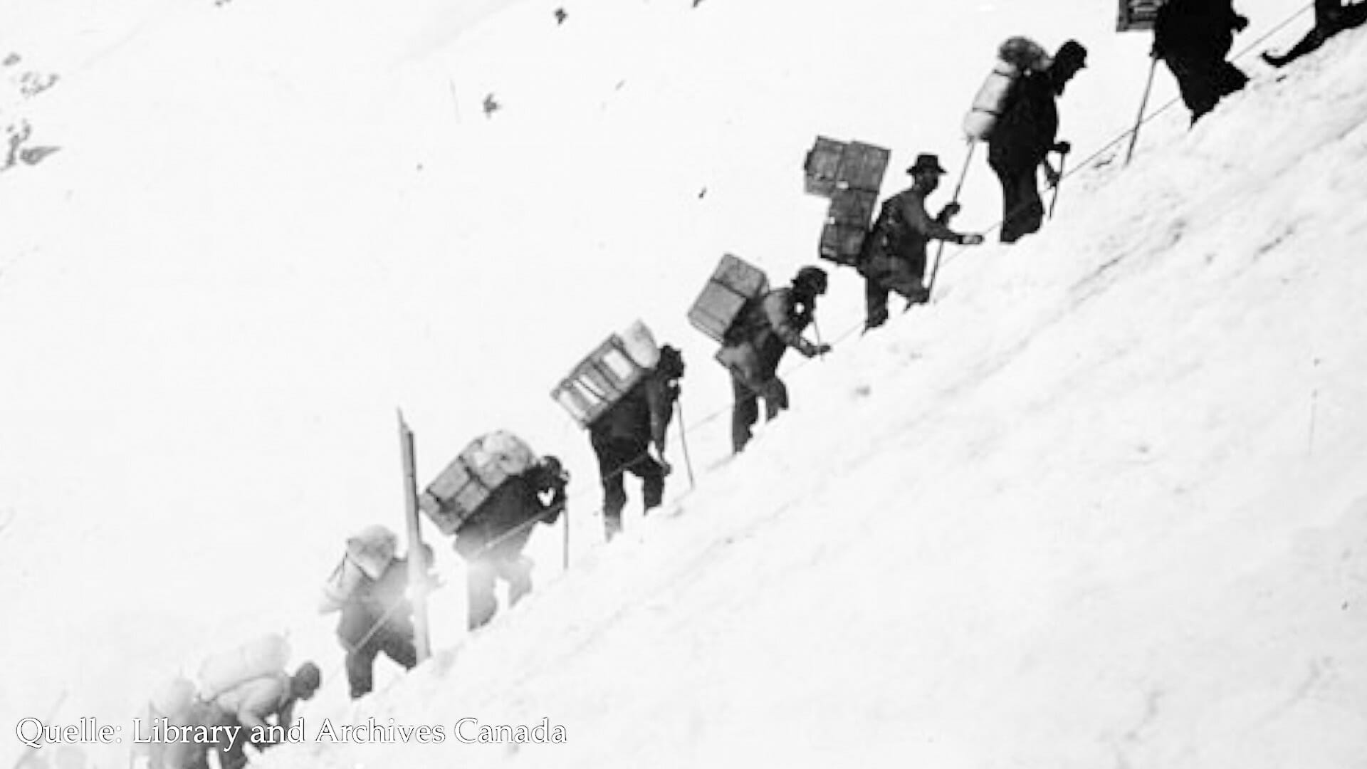 Die Goldsucher mussten Nahrungsmittel für ein ganzes Jahr mit in den Yukon bringen. 30 oder 40 Mal mussten sie den Chilkoot-Pass hinauflaufen.