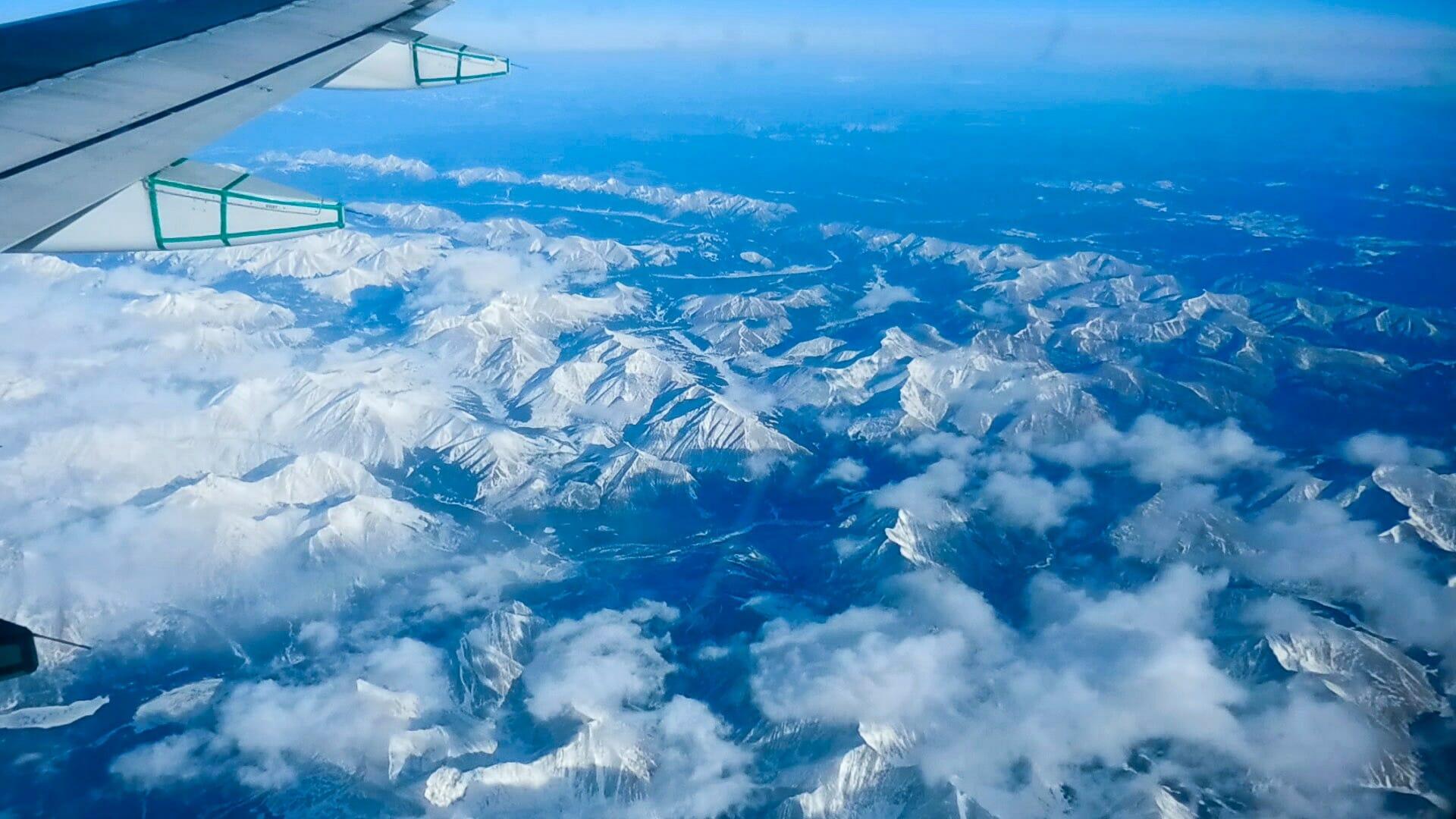 Flug über die schneebedeckten Rocky Mountains