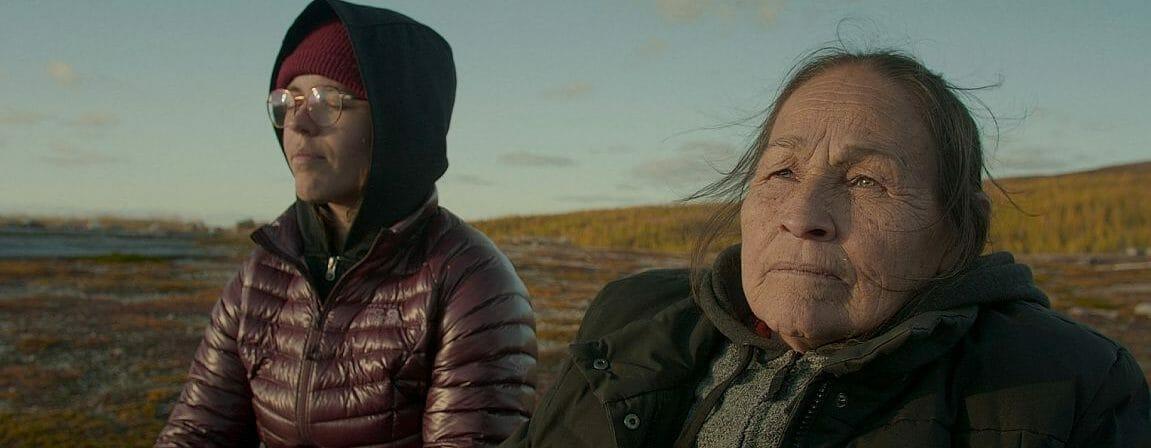 Marie-Andrée Gill (links) und Joséphine Bacon besuchen die Tundra, das Land ihrer Vorfahren, das Land der Älteren, das Land von Papakassik. (Foto: Maison4tiers)