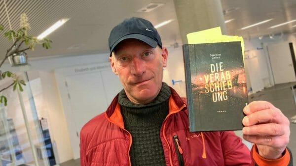 Joachim Zelter mit seinem Roman »Die Verabschiebung« (Foto: Tischer)
