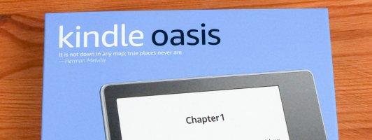 Der Kindle Oasis wird wie alle Kindle E-Reader im relativ schmucklosen Karton geliefert. Einziges Zubehör ist ein USB-Kabel.