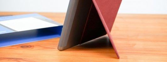 Praktisch: Eine Ecke der Hülle lässt sich umklappen, sodass das Gerät zum Lesen auf einen Tisch gestellt werden kann.
