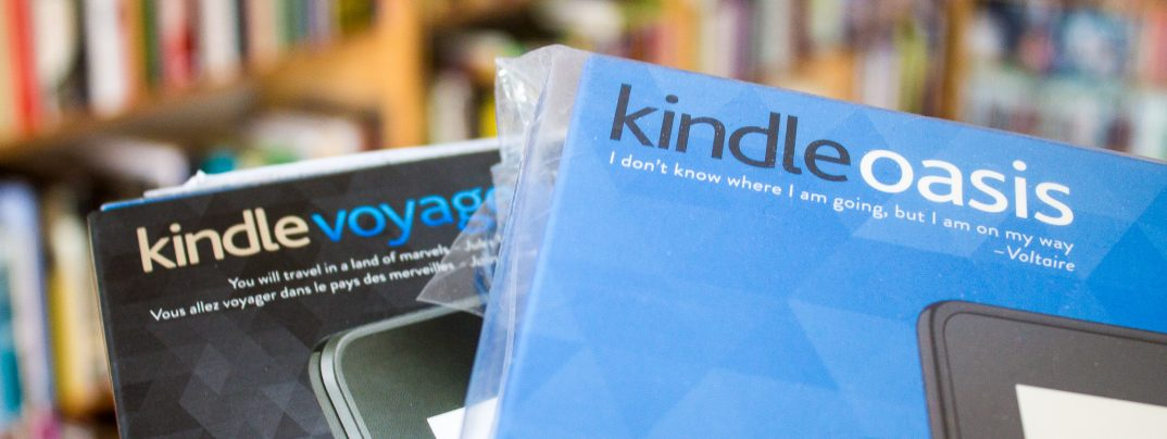 Kindle-E-Reader vor Buchregal