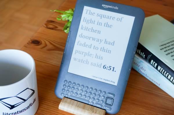 Digitaler Basteltipp: Alter Kindle wird zur Literatur-Uhr