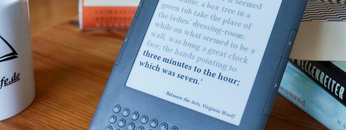 Mit Holzständer für 3 Euro kann man die Literatur-Uhr auf dem Schreibtisch oder auf dem Buchregal aufstellen.