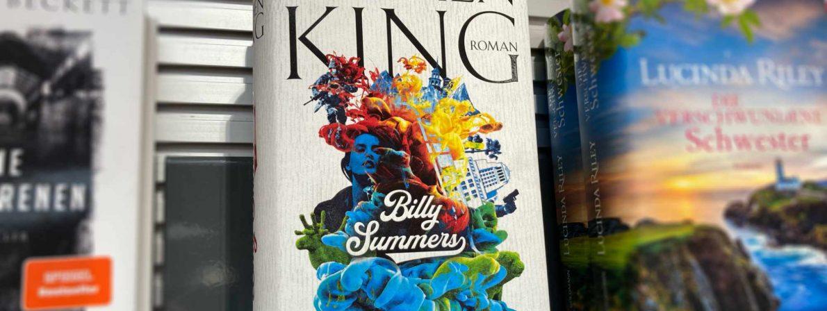 Der Roman »Billy Summers« von Stephen King im Bestsellerregal (Foto: literaturcafe.de)