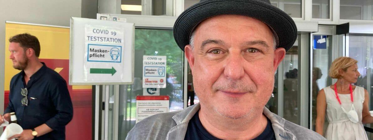 Diesmal mit Hut: Juror Klaus Kastberger, der die Gewinnerin Nava Ebrahimi zum Wettbewerb eingeladen hat (Foto: Tischer)