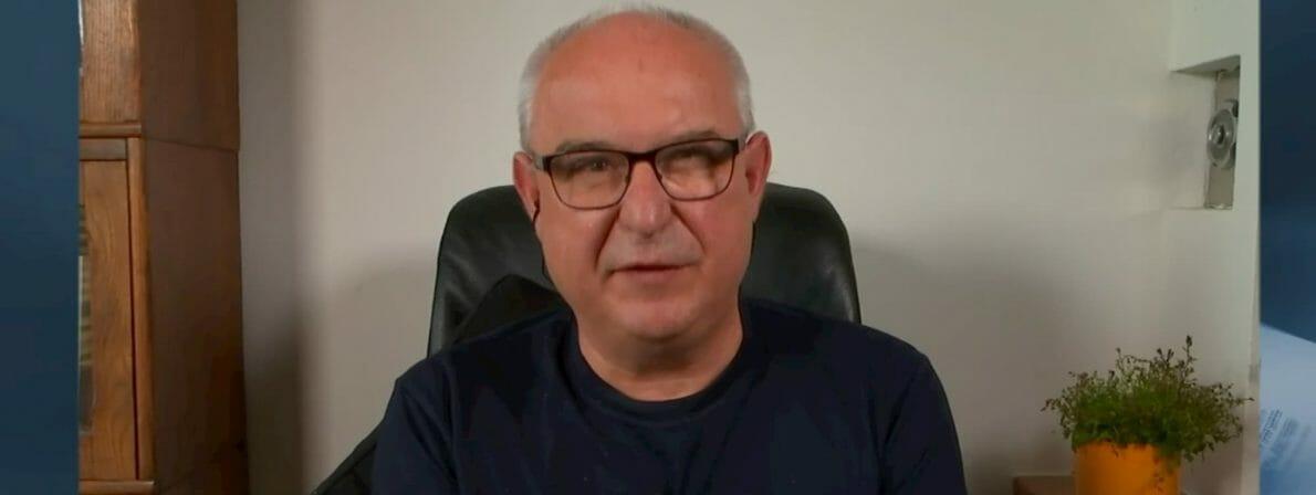 Juror Klaus Kastberger ist von seiner Wohnung in Graz aus zugeschaltet (Foto: Screenshot/ORF)