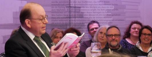 Literatur-Warm-Up: Denis Scheck liest dem Publikum aus dem Buch von Daniela Katzenberger vor (Foto: Wolfgang Tischer)