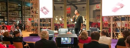 Regisseur Rolf Buschmann begrüßt das Publikum und gibt letzte Anweisungen (Foto: Tischer)