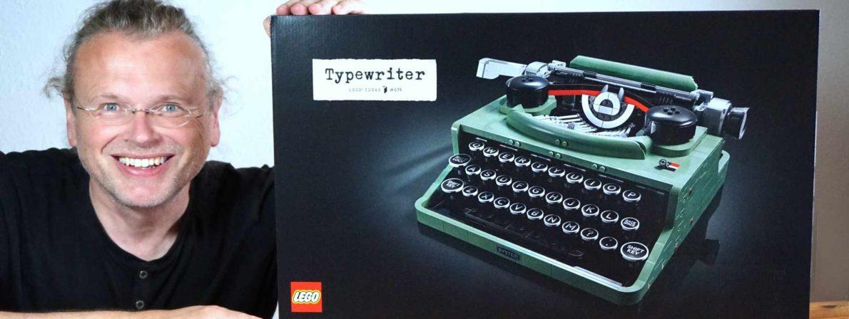 Wolfgang Tischer baut am 13. September 2021 eine Schreibmaschine aus 2.079 Klemmbausteinen zusammen (Foto: literaturcafe.de)