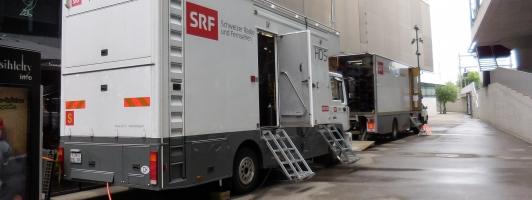 Um die Ecke geparkt: Die LKW des Schweizer Fernsehens SRF (Foto: Tischer - Klick vergrößert)
