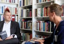 Screenshot aus dem Video mit Sascha Lobo und Volker Weidermann, in der die beiden über das angebliche Buch Cybris diskutieren.
