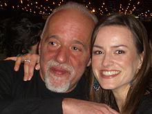 Paulo Coelho mit einem seiner weiblichen Gäste