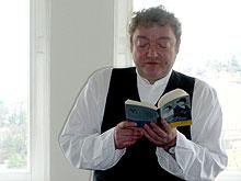 """Wiglaf Droste liest aus """"Wir schnallen dern Gürtel weiter"""""""