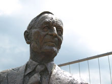 Hermann-Hesse-Denkmal auf der Nikolausbrücke in Calw
