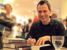 Sebastian Fitzek signiert seine Bücher