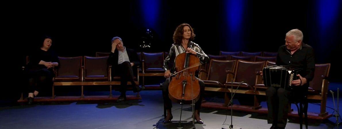 Sieht etwas leer und traurig aus: Die Co-Moderatoren Julya Rabinowich und Heinz Sichrovsky und die beiden Musiker (Foto: Screenshot orf.at)