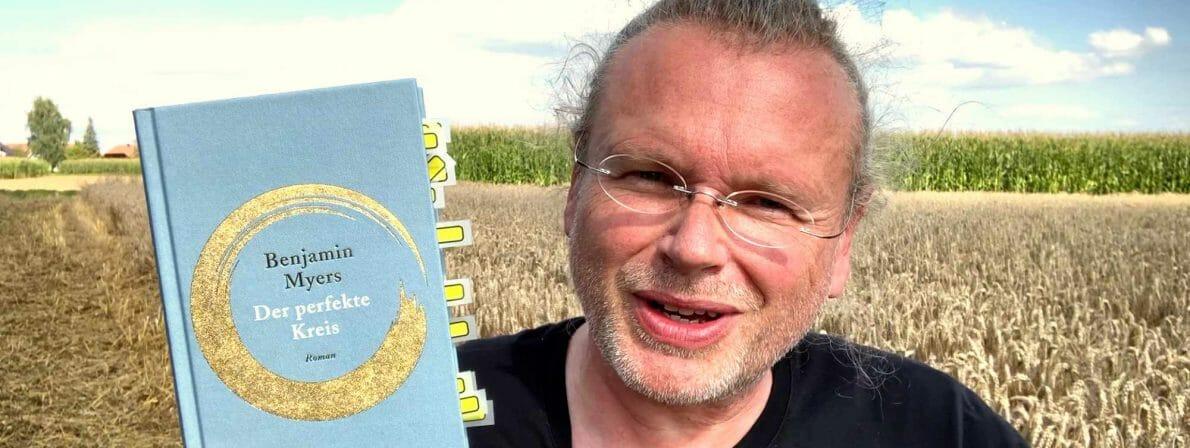 Im Video bespricht Wolfgang Tischer den Roman »Der perfekte Kreis« von Benjamin Myers