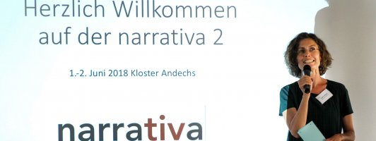 Moderatorin Judith Heitkamp vom Bayerischen Rundfunk begrüßt die Teilnehmerinnen und Teilnehmer der Narrativa 2 (Foto: Heike Bogenberger)