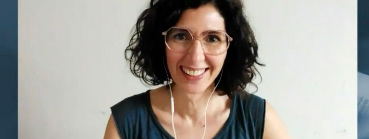 Nava Ebrahimi nach dem Preisgewinn. Zugeschaltet von daheim. (Screenshot: ORF)