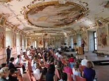 Preisverleihung des Literaturwettbewerbs im barocken Spiegelsaal des Klosters Obermachtal