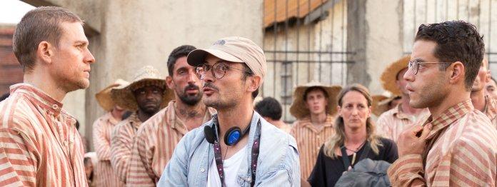 Charlie Hunnam (Papillon) und Rami Malek (Louis Dega) gemeinsam mit Regisseur Michael Noer am Set von »Papillon« (Constantin Film Verleih GmbH/Jose Haro)