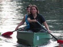 Kathrin Passig, Bachmann-Preisträgerin 2006 (vorn), und Bewerb-Spezialistin Angela Leinen (»Wie man den Bachmann-Preis gewinnt«) reisen mit dem Kanu zur Lesung an