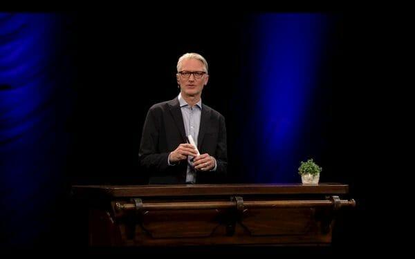 Moderator Christian Ankowitsch (links im Bild) und der Star des Eröffnungsabends: die Beistellpflanze (rechts im Bild) (Foto: Screenshot orf.at)