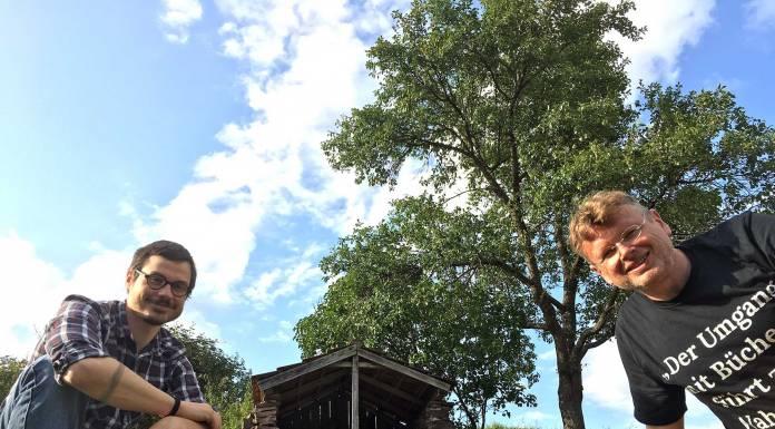 Fabian Neidhardt (links) und Wolfgang Tischer vor ihrer Podcast-Hütte im Schwarzwald