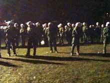 Hunderschaften von Polizisten bewachen am 30.9.2010 die Bäume im Stuttgarter Schlosspark - damit diese wenig später gefällt werden können.
