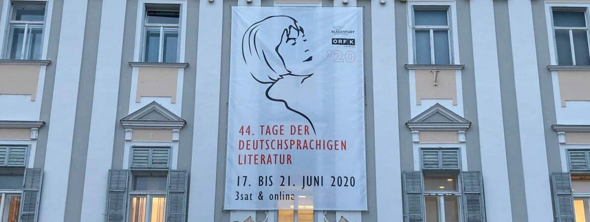 Obwohl der Wettbewerb in diesem Jahr nur im Fernsehen und online stattfindet, schmückt das Klagenfurter Rathaus das Banner zu den 44. Tagen der Deutschsprachigen Literatur (Foto: Tischer)