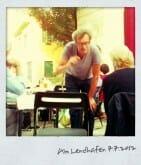 Am Lendhafen macht Tex Rubinowitz dem Publikum Angst vor seinen Literaturquizfragen.