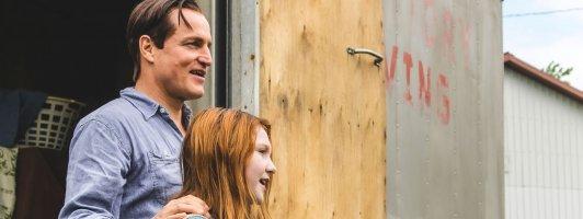 Jeannette Walls (Ella Anderson) und ihr Vater Rex (Woody Harrelson) kommen wieder einmal an einem neuen Wohnort an (Foto: Studiocanal)