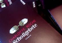 Stapel: »Schoßgebete« von Charlotte Roche in einer Buchhandlung