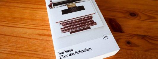 Sol Stein: Über das Schreiben. Hier zu sehen ist noch die bei Zweitausendeins erschienene Ausgabe. Mit neuem Cover ist das Buch mittlerweile beim Autorenhaus Verlag erhältlich.
