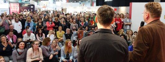 Zuhörermassen bis zum Messehorizont: Sebastian Fitzek im Gespräch mit Wolfgang Tischer (Foto: Birgit-Cathrin Duval)