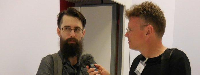 Clemens J. Setz (links) hielt die Klagenfurter Rede zur Literatur über »Keyfabe und Literatur«. Anschließend sprach er mit Wolfgang Tischer.