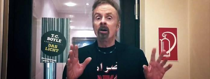 Das Entsetzen ins Gesicht geschrieben: T. C. Boyle beschwert sich in einem Handy-Video in der ARD-Sendung Druckfrisch, dass Denis Scheck sich nicht mit ihm unterhalten hat. (Screenshot: Druckfrisch/ARD)
